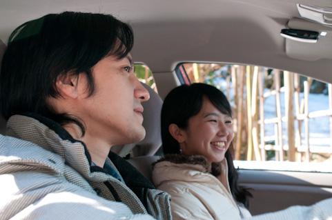 車内で話すカップル