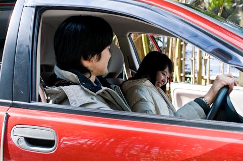 車に乗る若者
