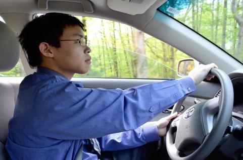 車を運転している人