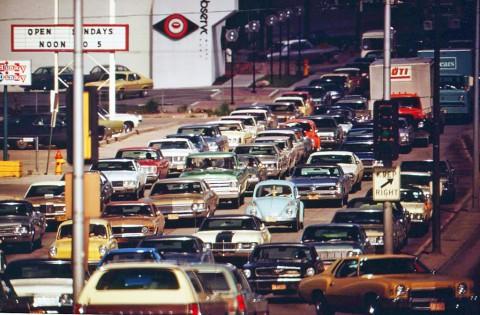 車が運んでいるのは人より空気?