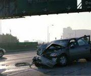 【画像】高速道路で乗用車が大型トラックに挟まれ追突される 乗用車は原型留めず・・・。