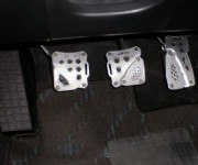 自動車を運転する際に「アクセル」「ブレーキ」の足を使い分けるのってダメなの?